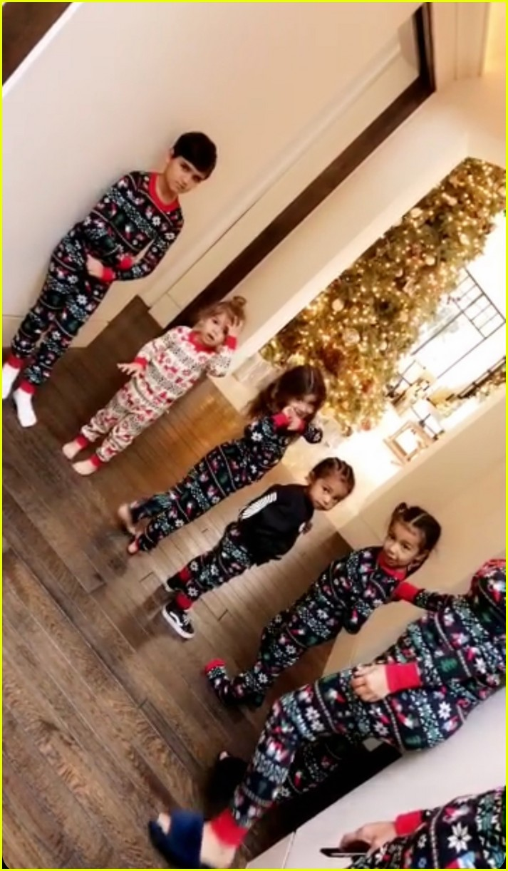 pregnant kylie jenner joins her family on christmas morning 02