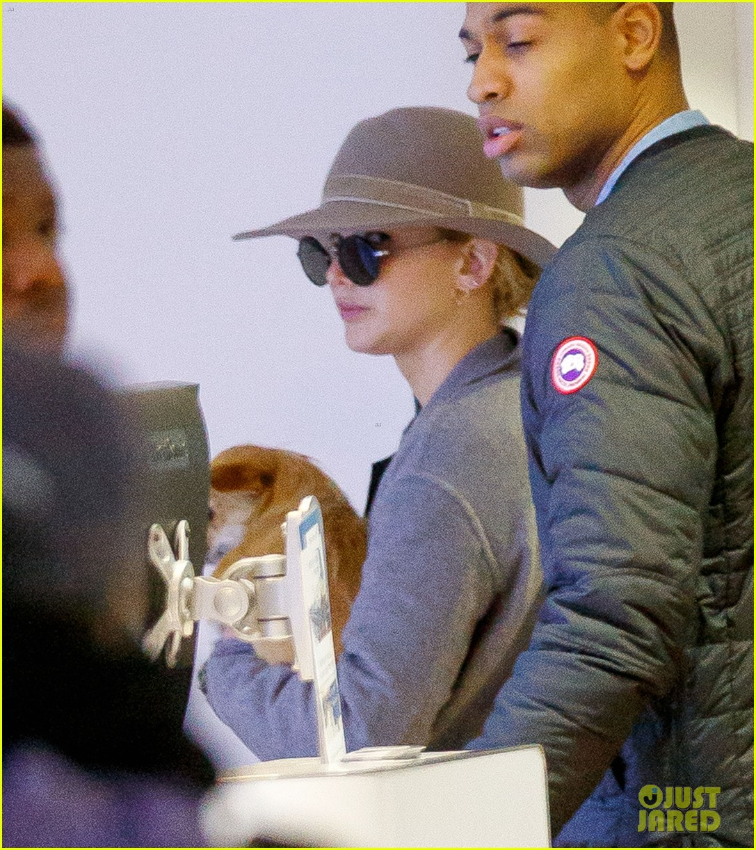 jennifer lawrence and her pup pippi catch a flight at jfk 03