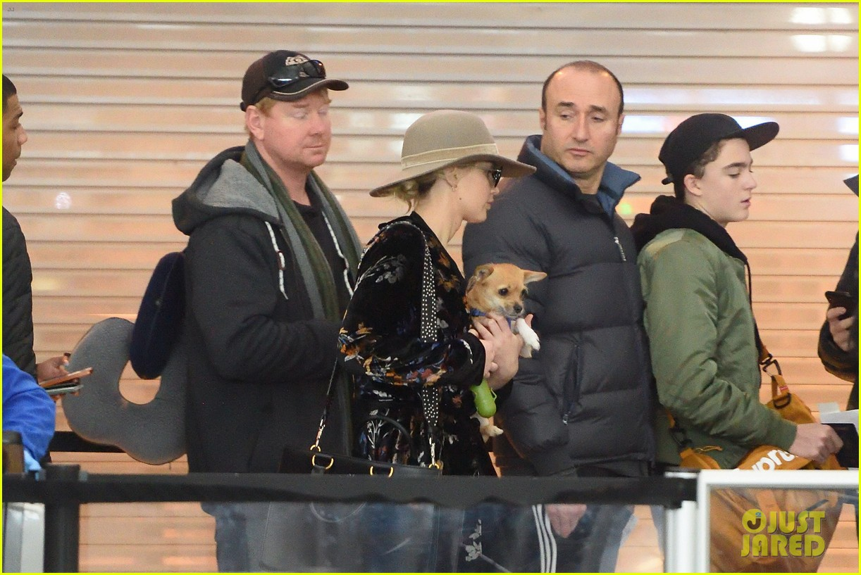 jennifer lawrence and her pup pippi catch a flight at jfk 05