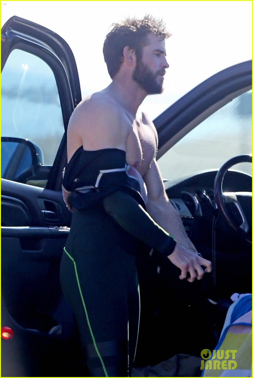 liam hemsworth surfing malibu 04