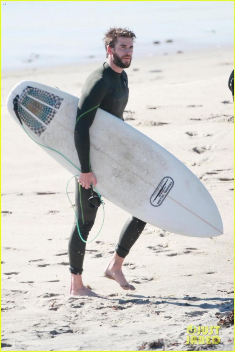 liam hemsworth surfing 01