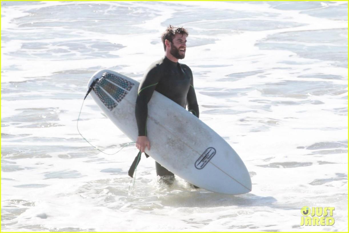 liam hemsworth surfing 04