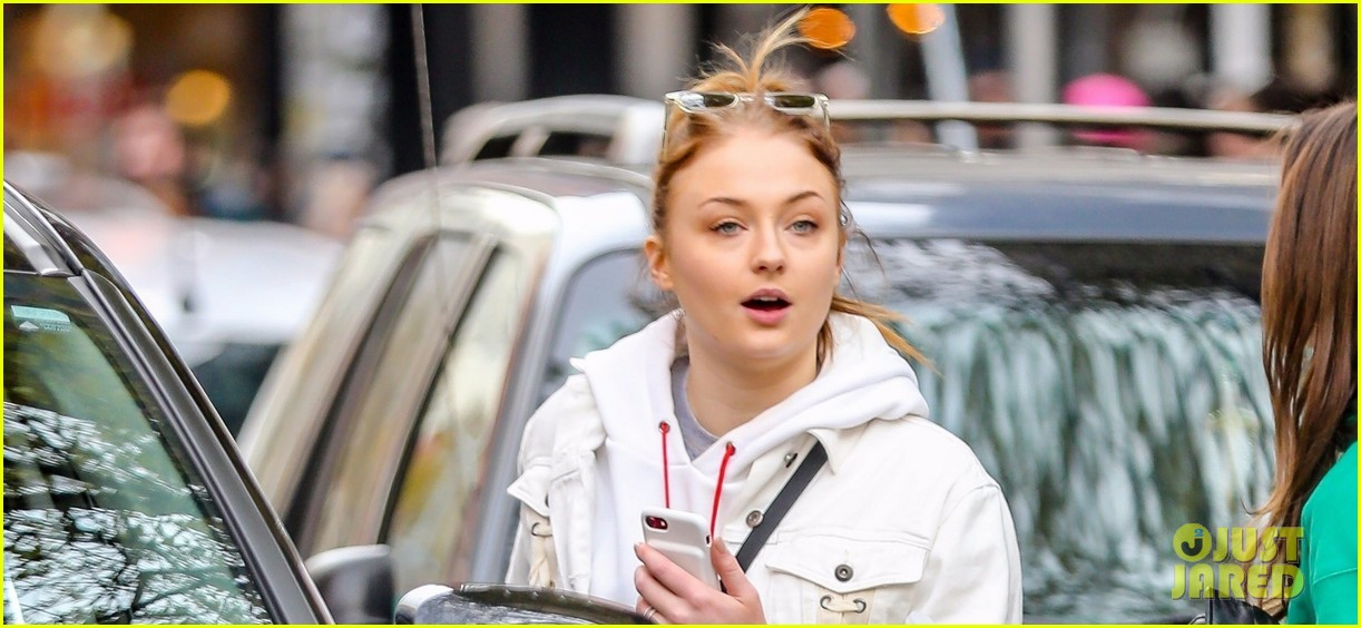 sophie turner shops in nyc 04