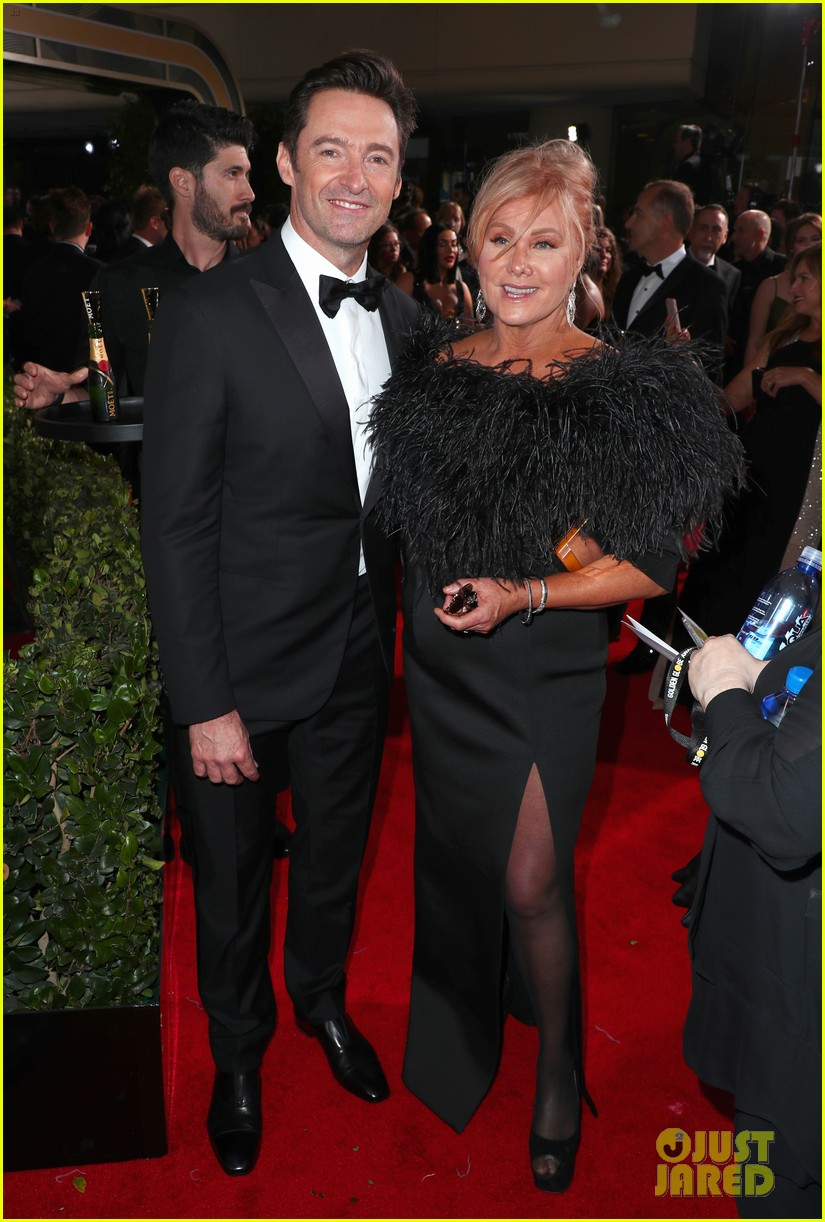 zac efron joins keala settle hugh jackman at golden globes 2018 04