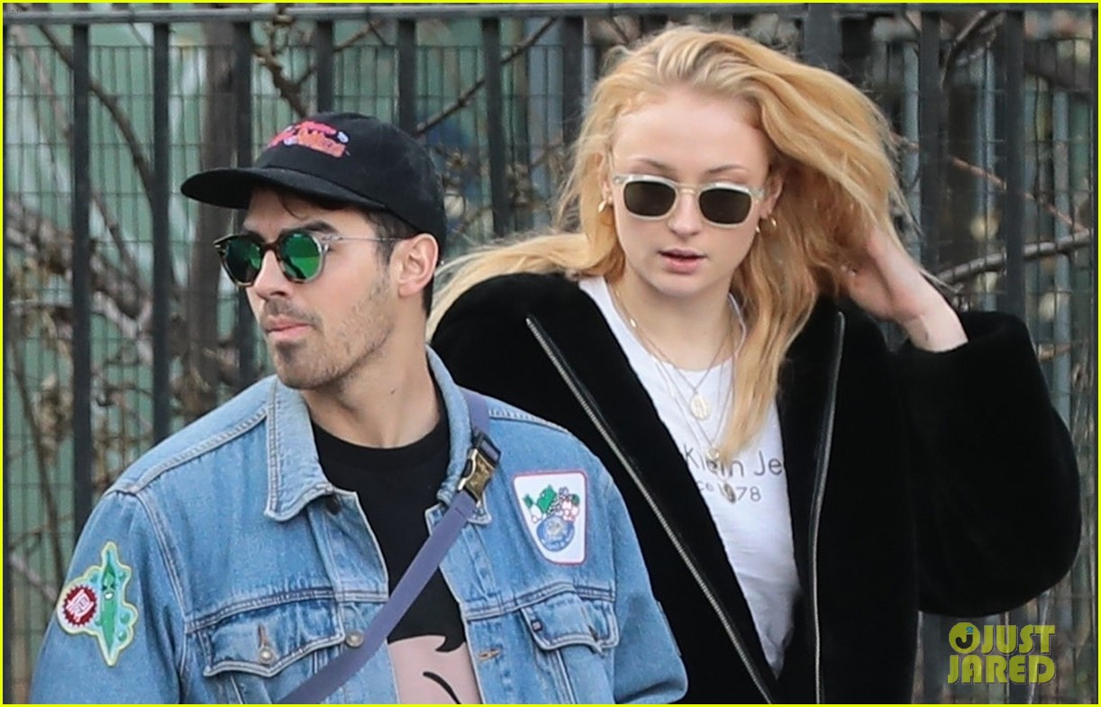 joe jonas and sophie turner couple up for saturday morning stroll 03