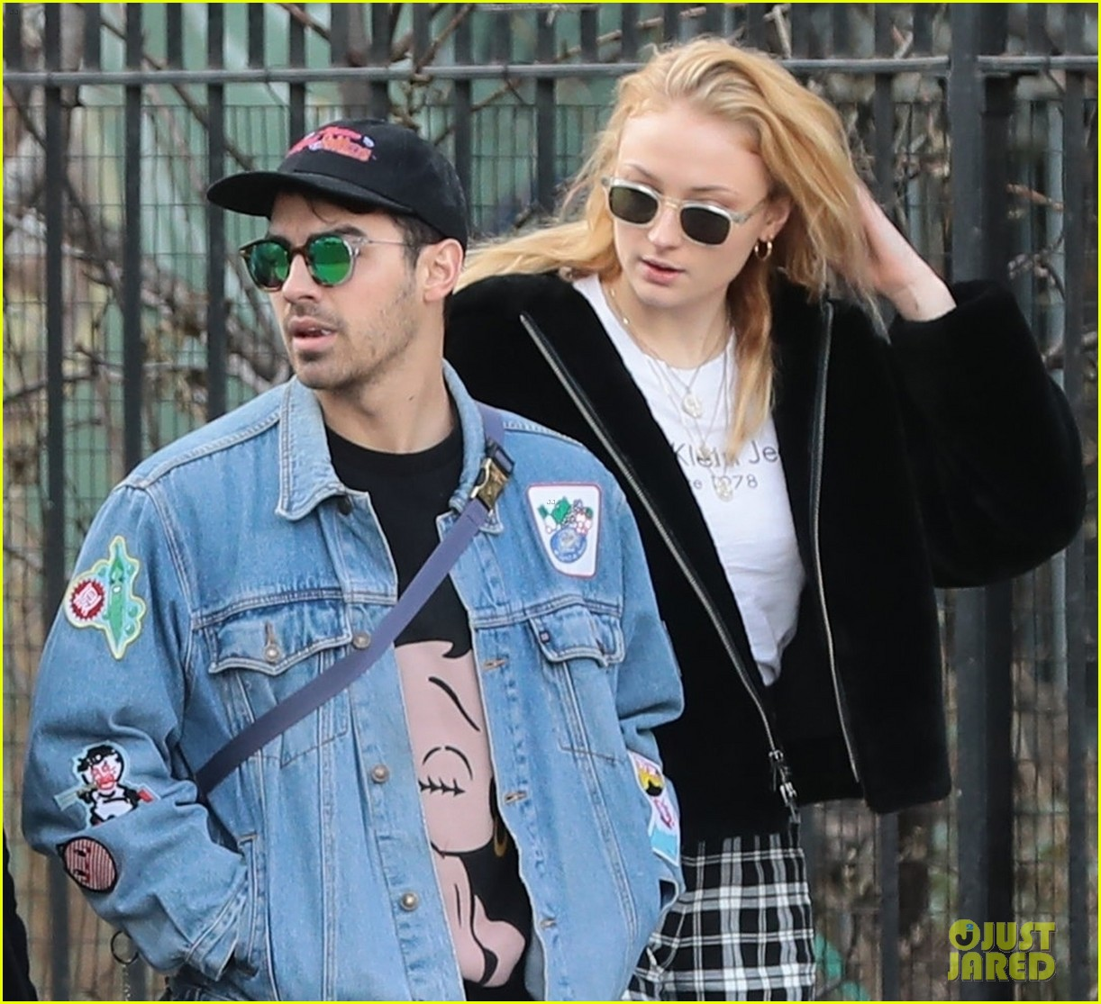joe jonas and sophie turner couple up for saturday morning stroll 05