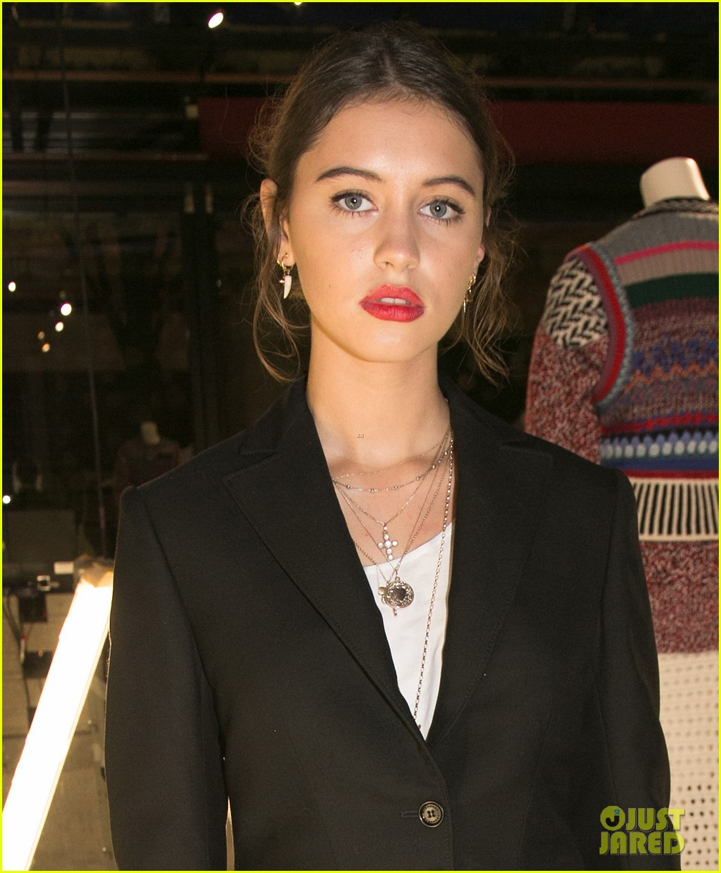 iris law looks super chic at burrberry pfw party 02