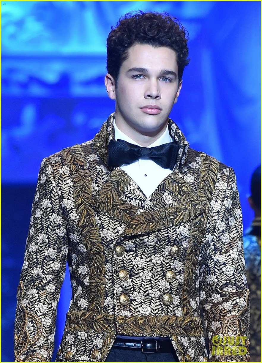 ross lynch and austin mahone suit up at dolce and gabbana show 02