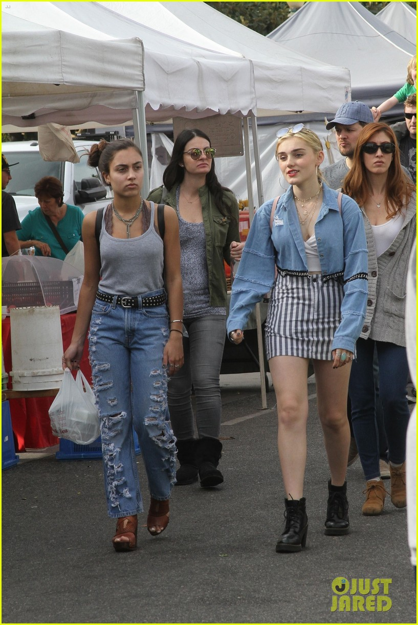 meg donnelly gets confused at farmers market 02