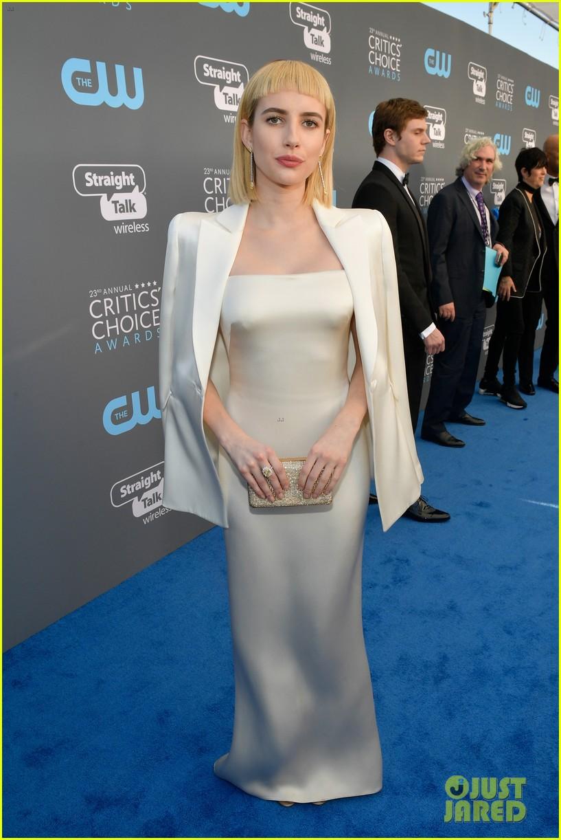 emma roberts debuts new haircut joins evan peters at critics choice awards 2018 12