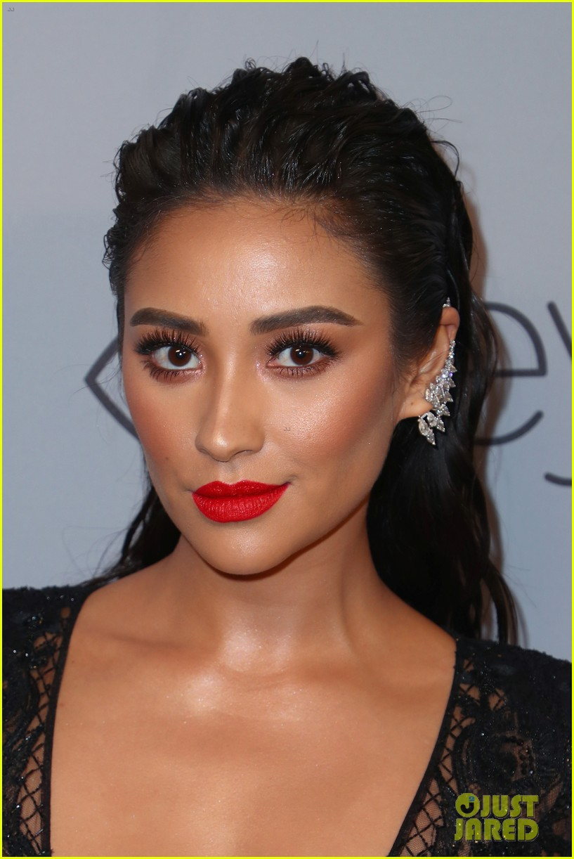 shay mitchell georgie flores instyle golden globes after party 02