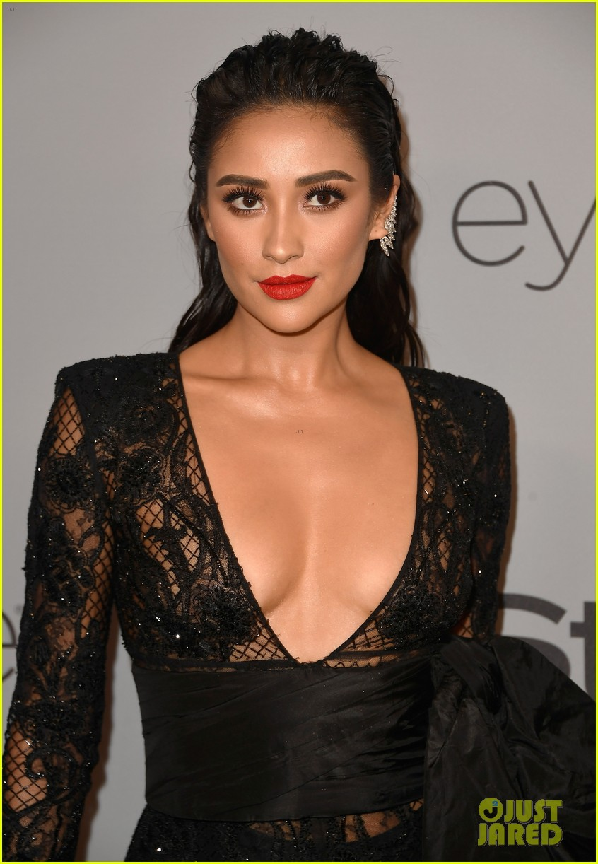 shay mitchell georgie flores instyle golden globes after party 08