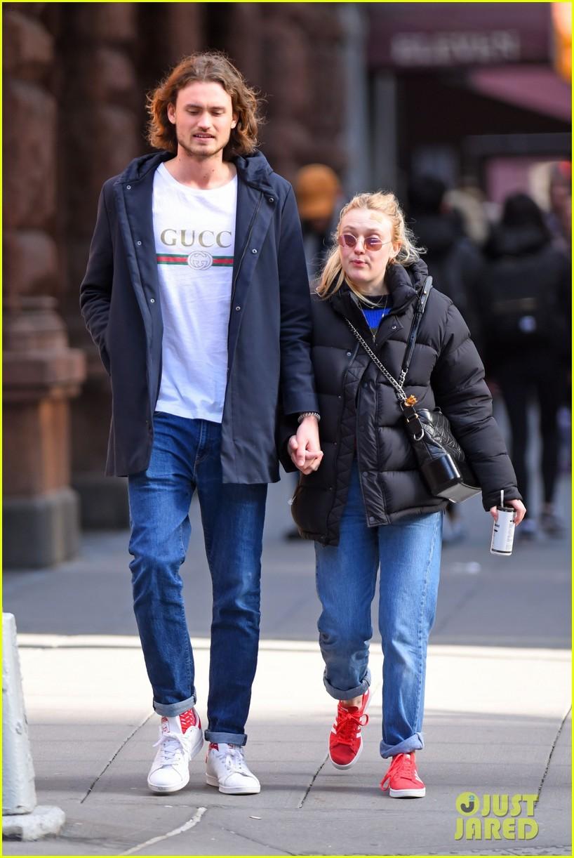 dakota fanning boyfriend valentines day date 02
