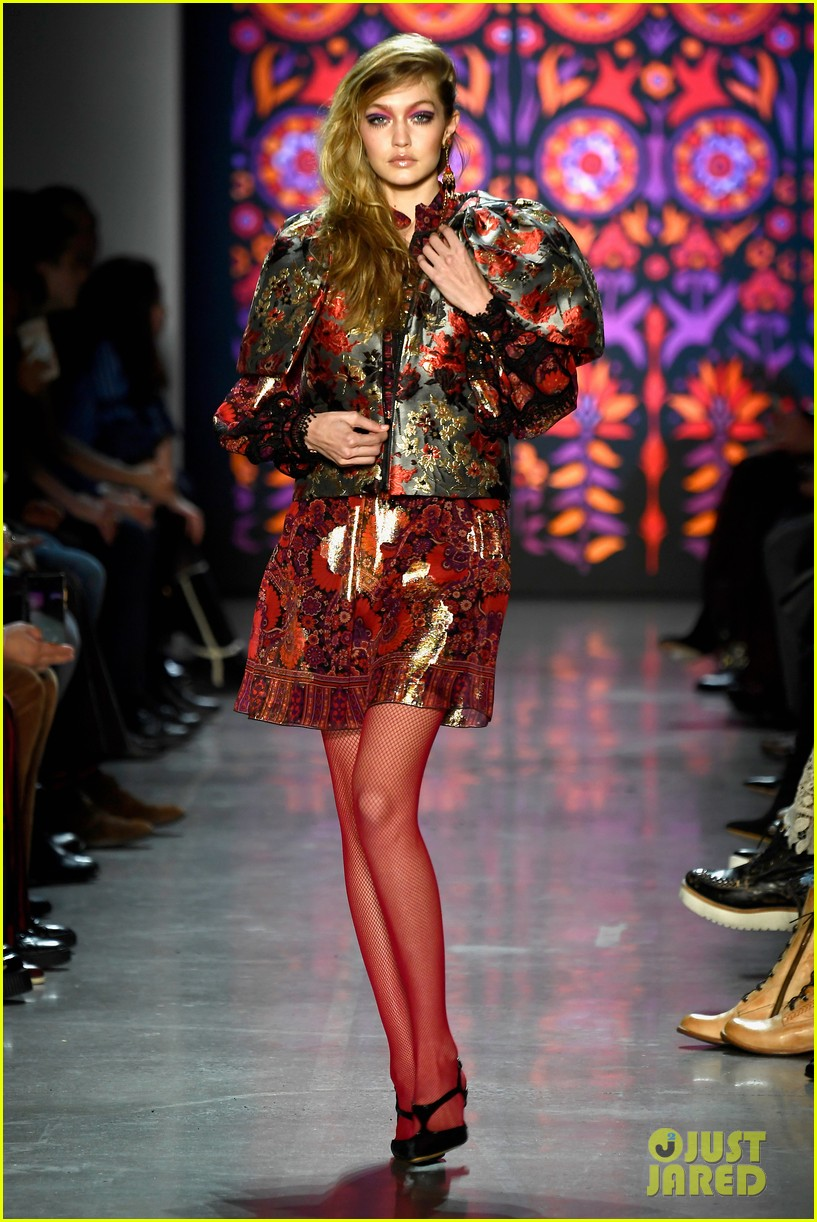 kaia gerber joins gigi bella hadid in anna sui nyfw show 01