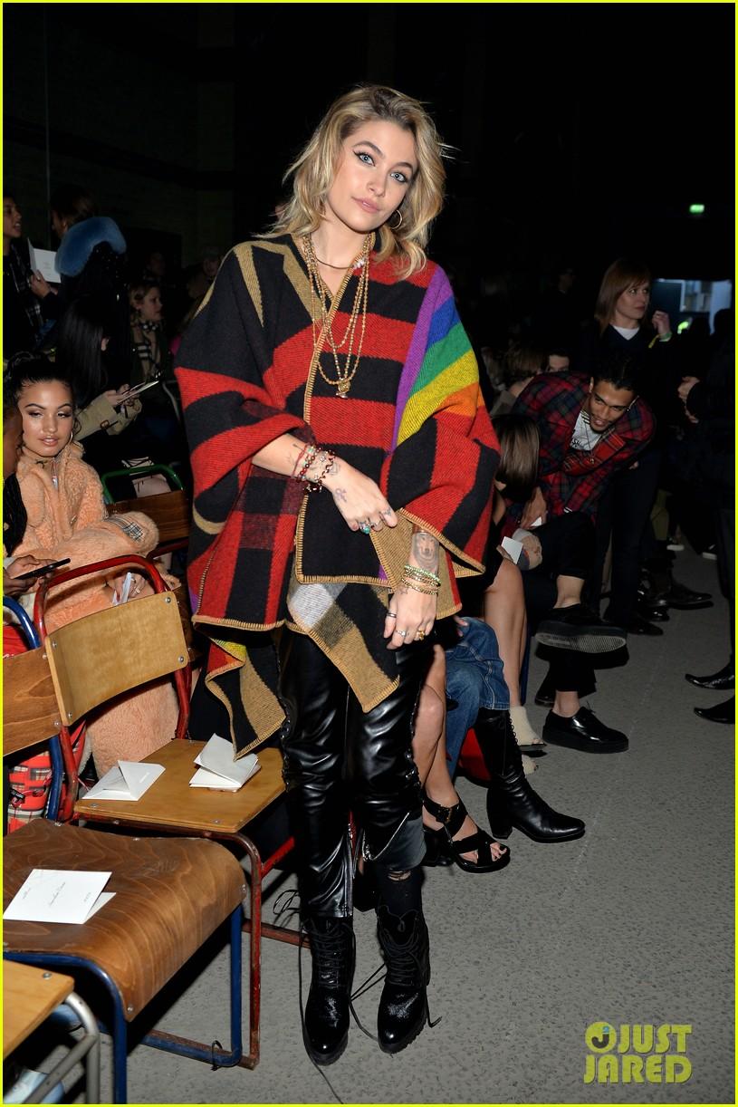 zendaya joins tom holland at burberry fashion show 01