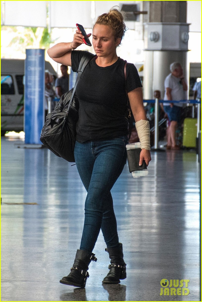 hayden panettiere puts injured arm on display while leaving barbados 04