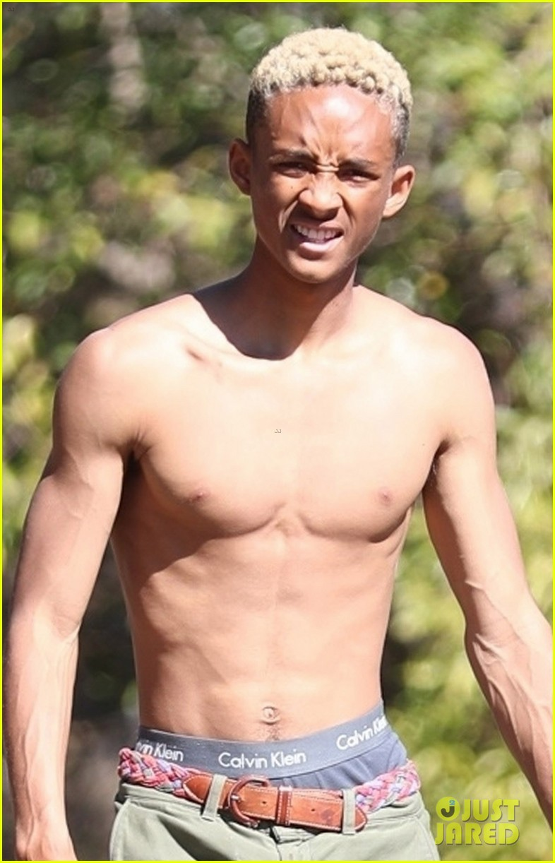 shirtless jaden smith shows off his abs while planting trees with sister willow 01