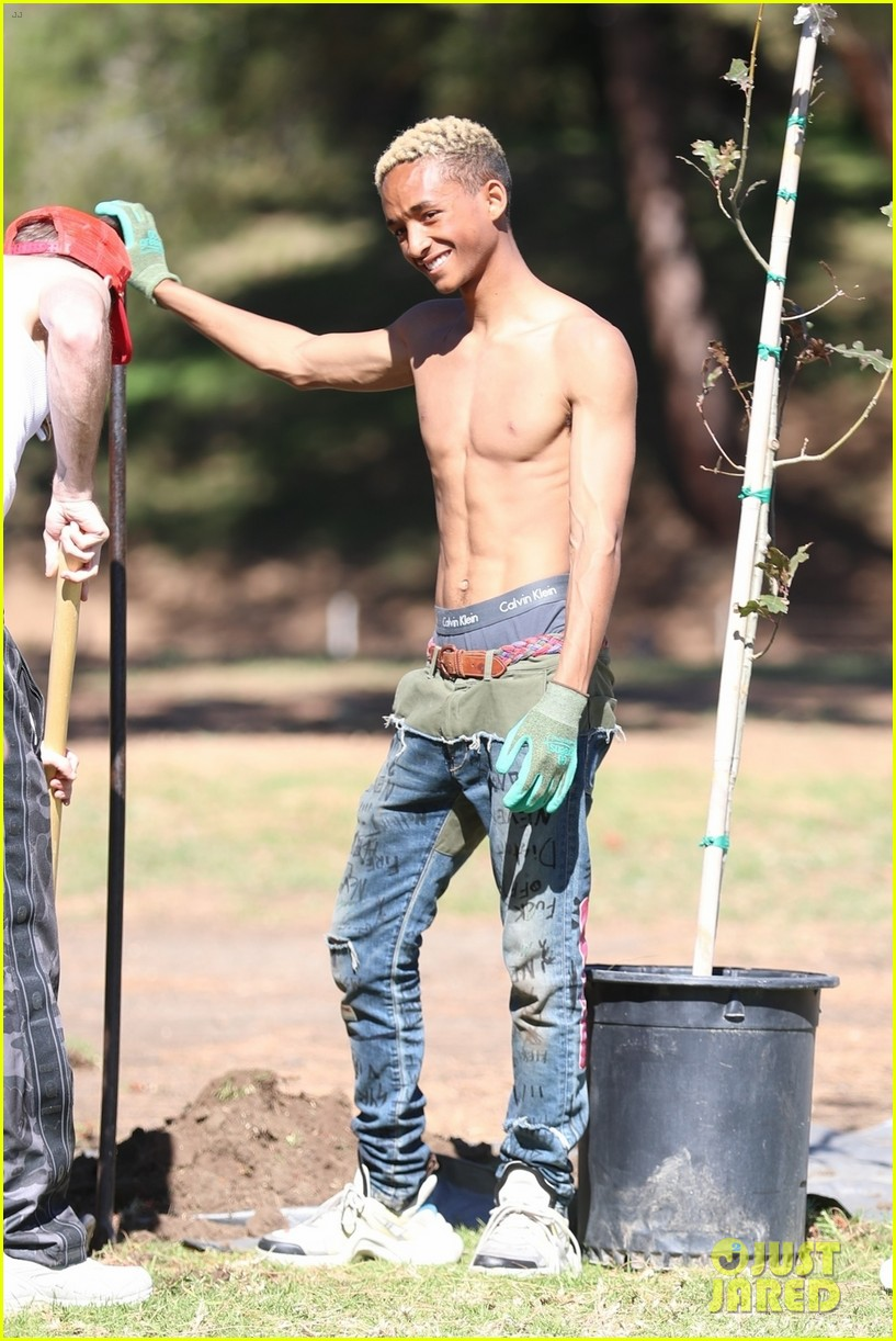 shirtless jaden smith shows off his abs while planting trees with sister willow 04