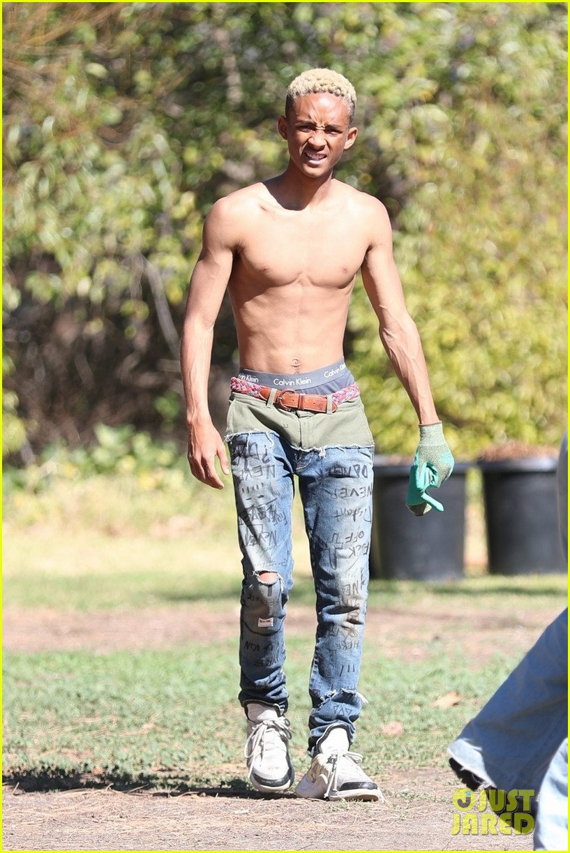 shirtless jaden smith shows off his abs while planting trees with sister willow 06