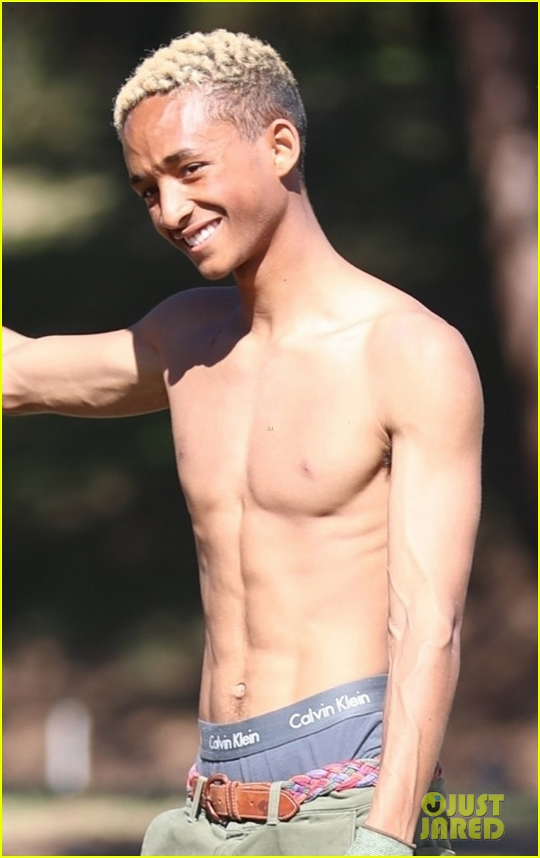 shirtless jaden smith shows off his abs while planting trees with sister willow 09
