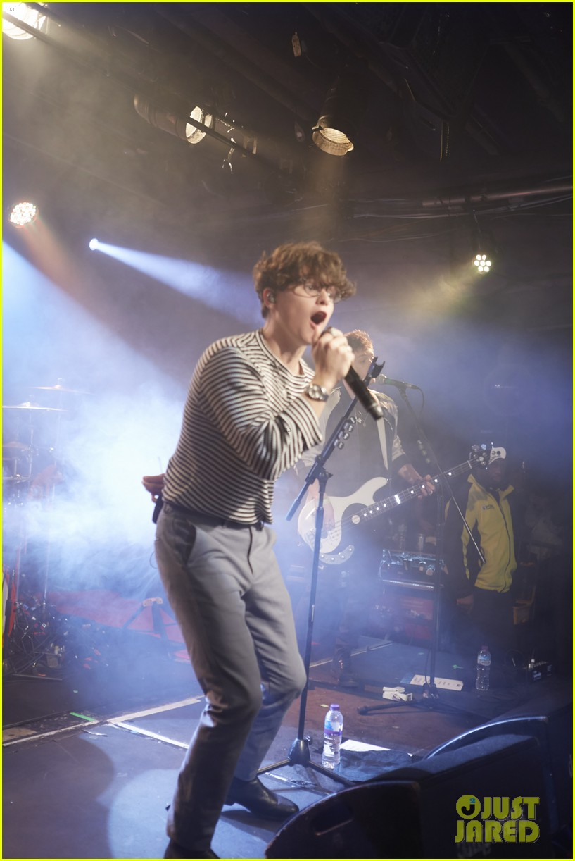 the vamps perform concert for war child charity 01