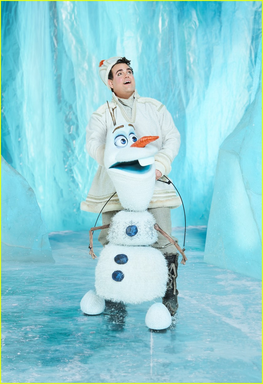 broadways frozen cast pose for portraits in costume 02