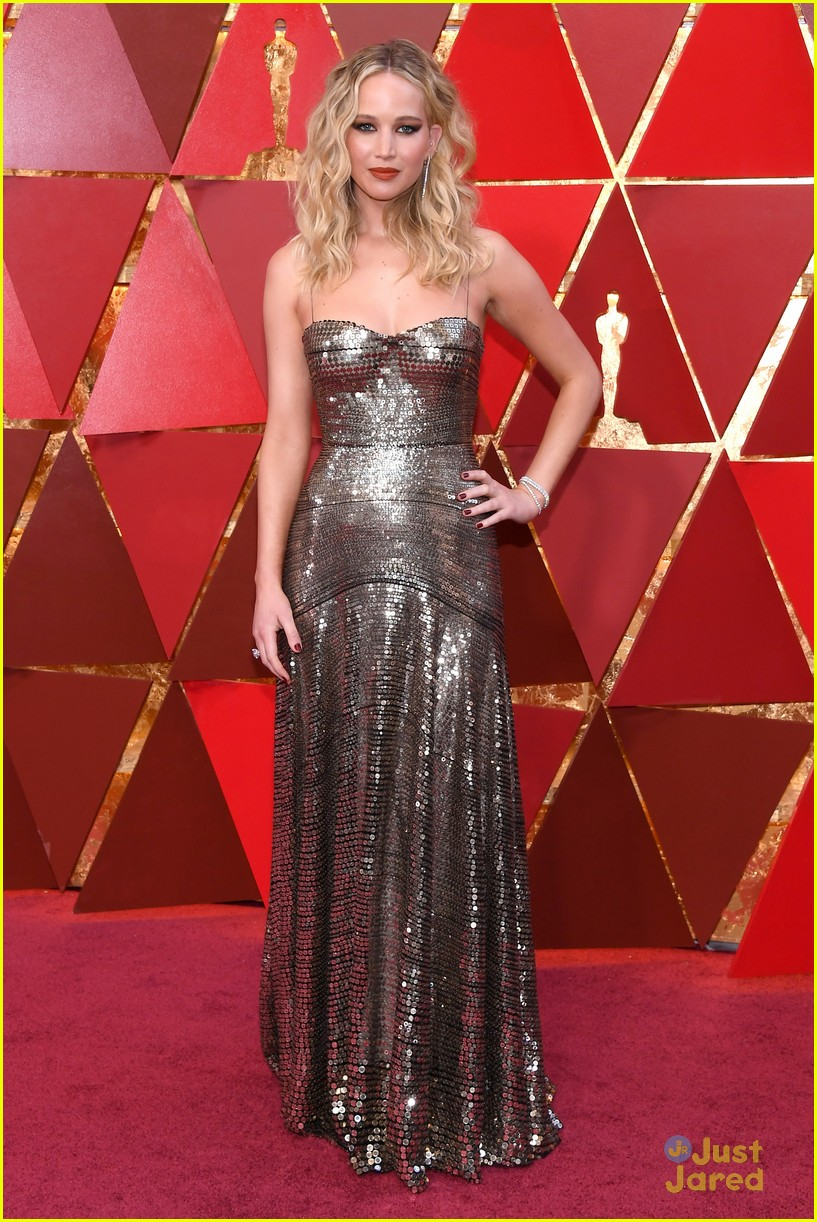 Jennifer Lawrence Climbs Over Seats At Oscars 2018 To Sit