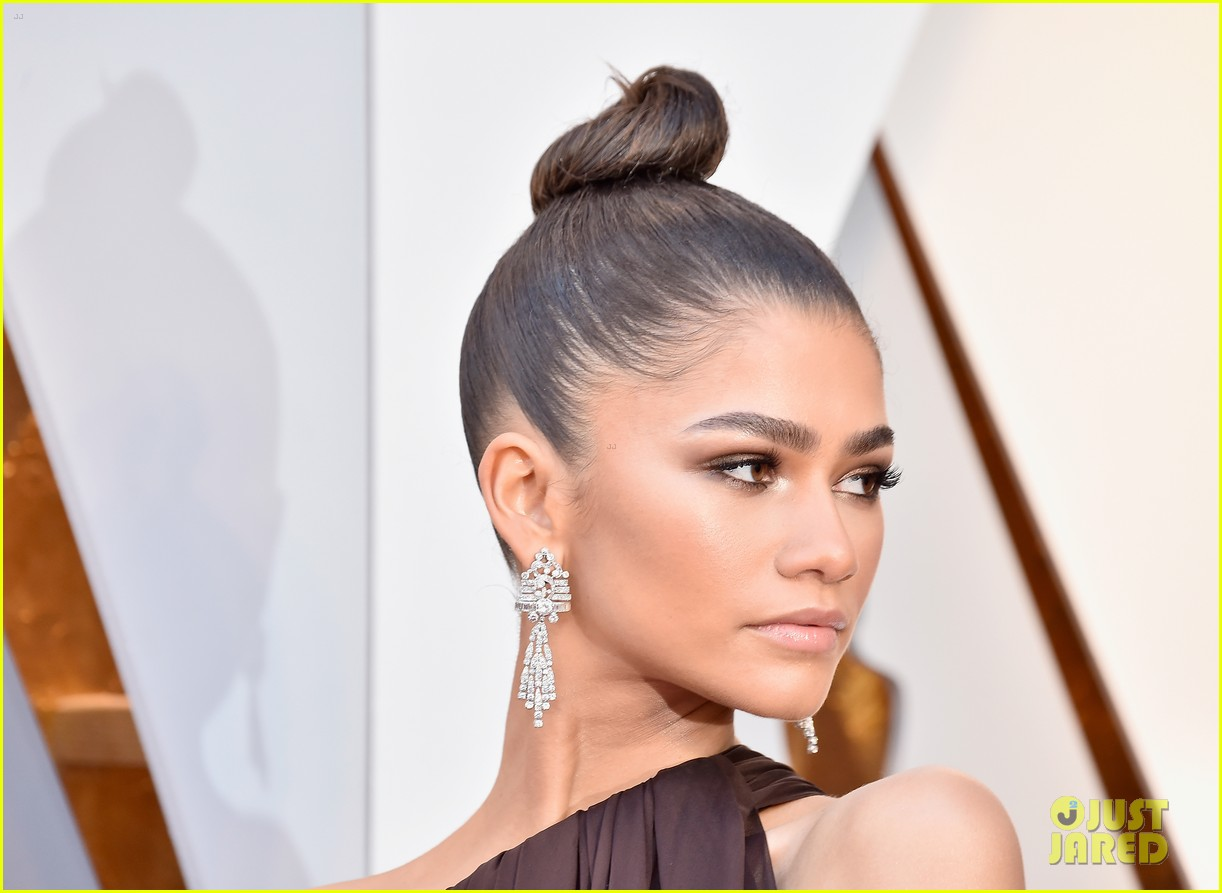 Zendaya Stuns in Off The Shoulder Gown at Oscars 2018 ...