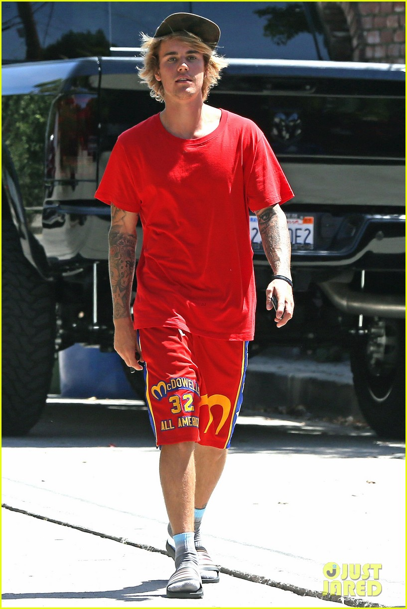 justin bieber checks into the escape hotel 07