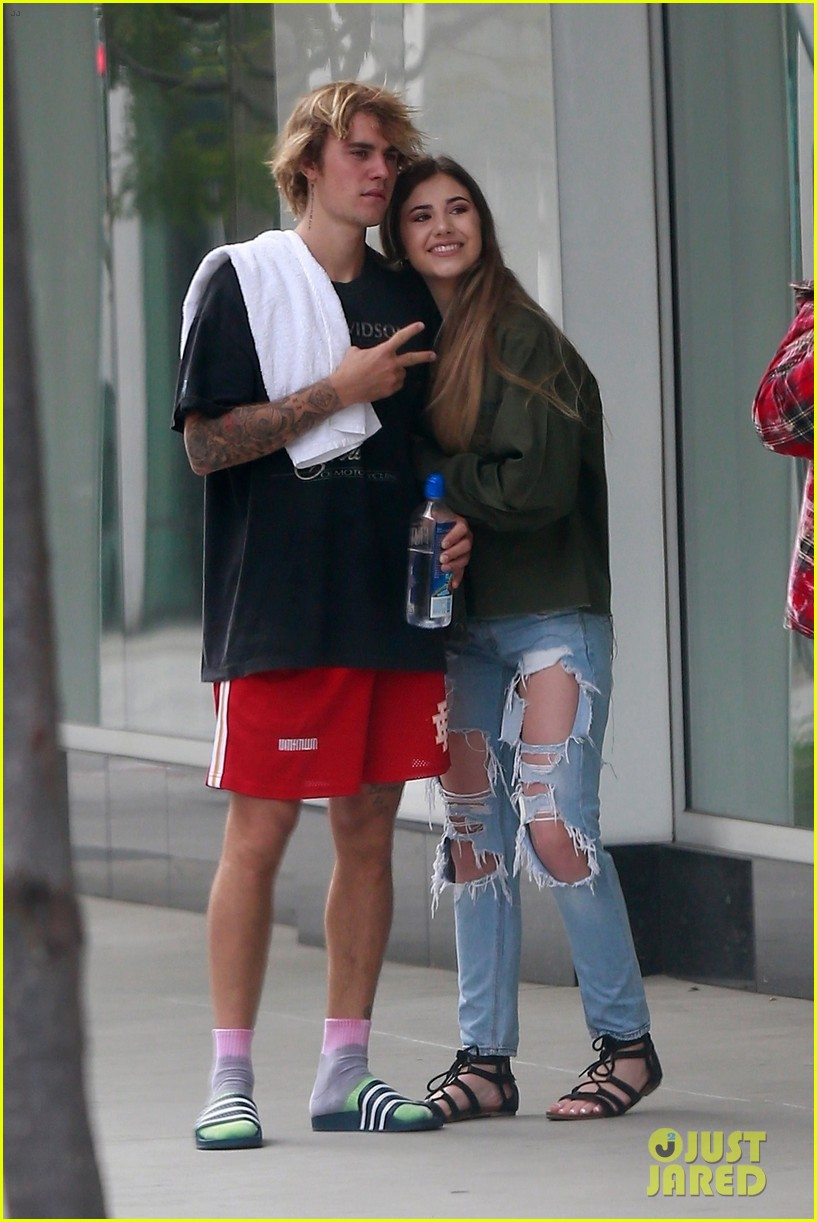 justin bieber stops to snap a selfie with a happy fan 01
