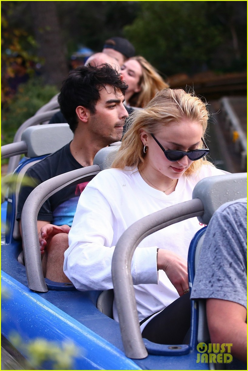 joe jonas and sophie turner get soaked at disneyland 03