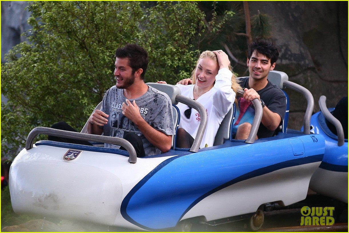 joe jonas and sophie turner get soaked at disneyland 04