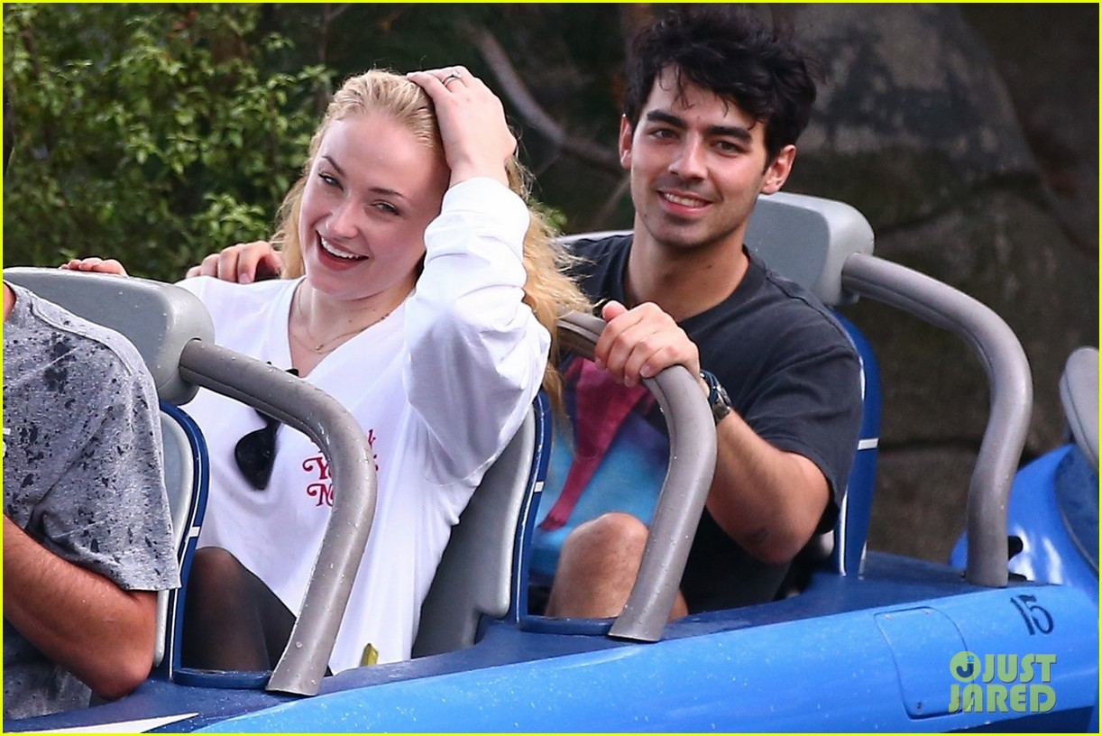 joe jonas and sophie turner get soaked at disneyland 06