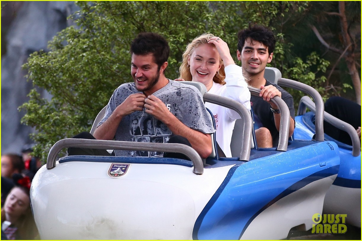 joe jonas and sophie turner get soaked at disneyland 09
