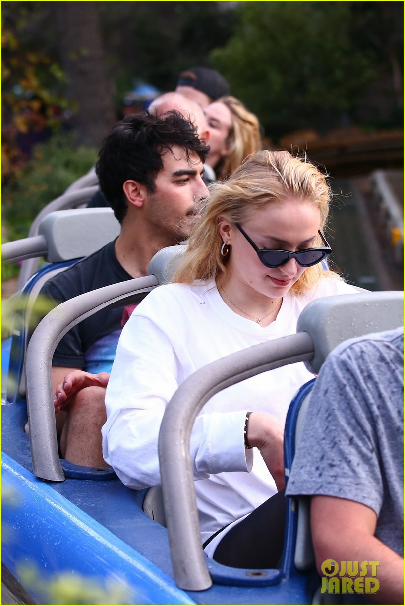 joe jonas and sophie turner get soaked at disneyland 16