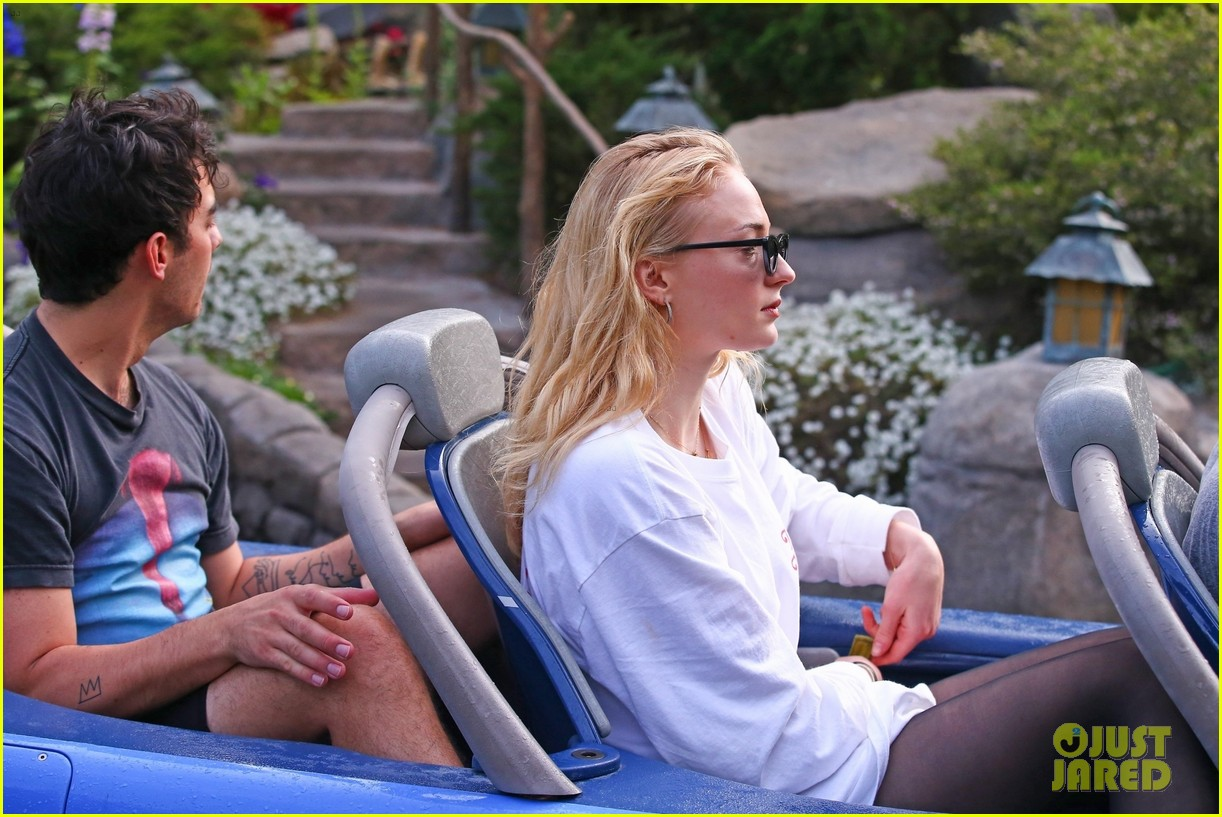 joe jonas and sophie turner get soaked at disneyland 24