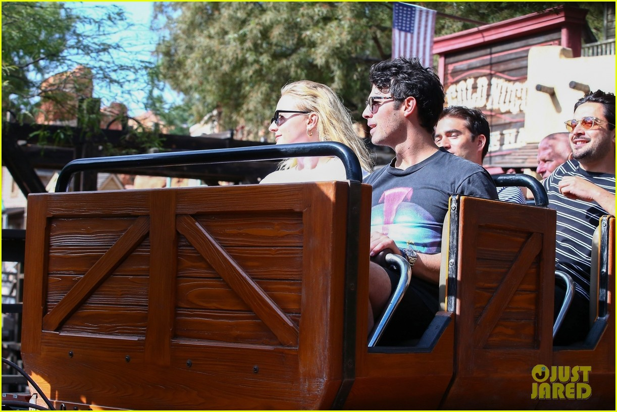 joe jonas and sophie turner get soaked at disneyland 31