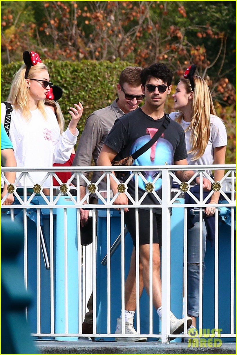joe jonas and sophie turner get soaked at disneyland 37