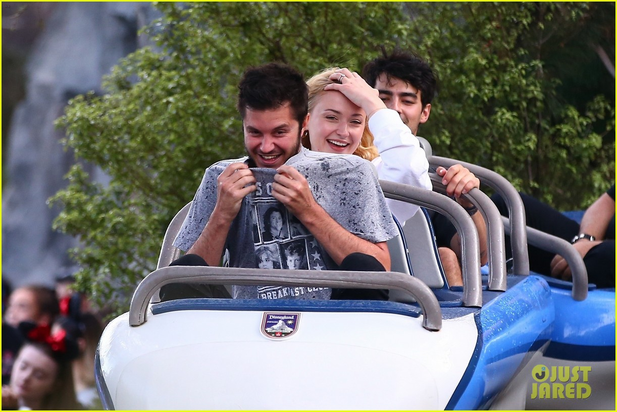 joe jonas and sophie turner get soaked at disneyland 42