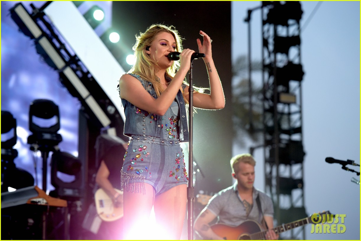 kelsea ballerini takes the stage at stagecoach 02