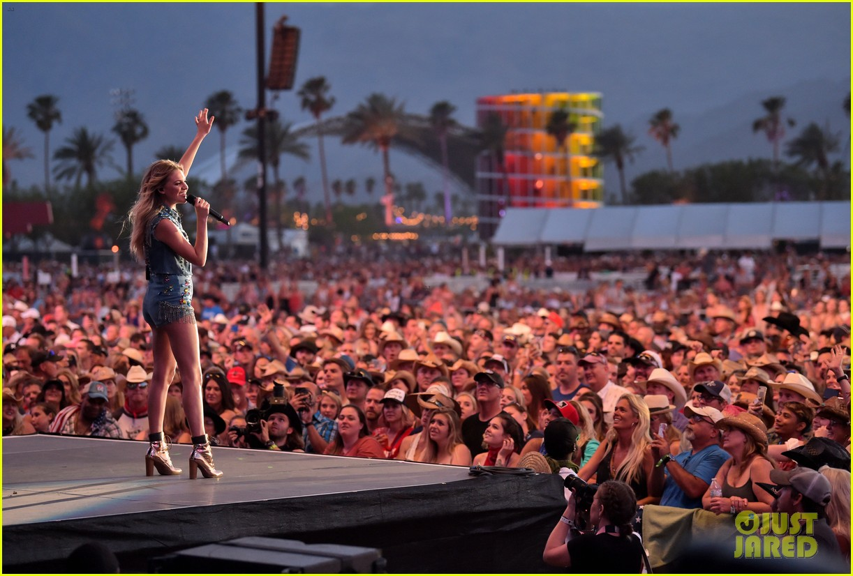 kelsea ballerini takes the stage at stagecoach 10