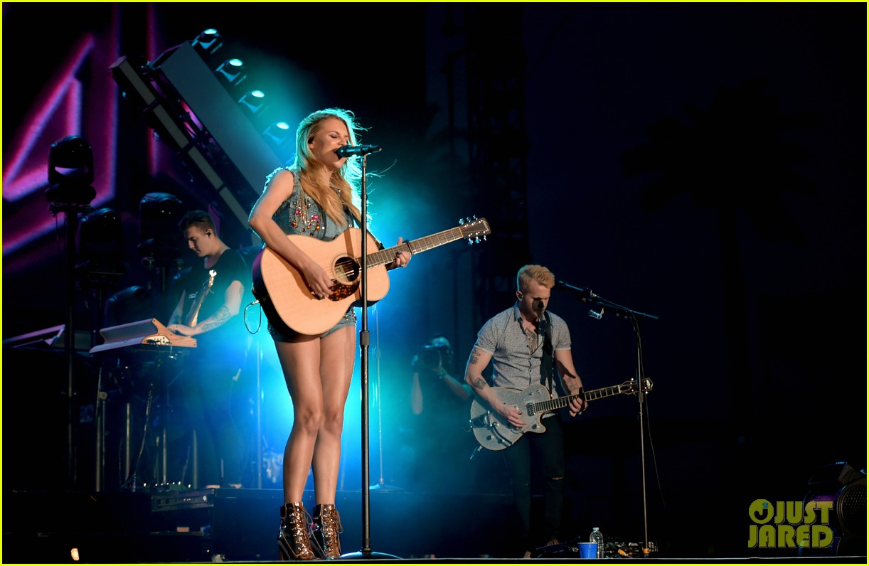 kelsea ballerini takes the stage at stagecoach 13
