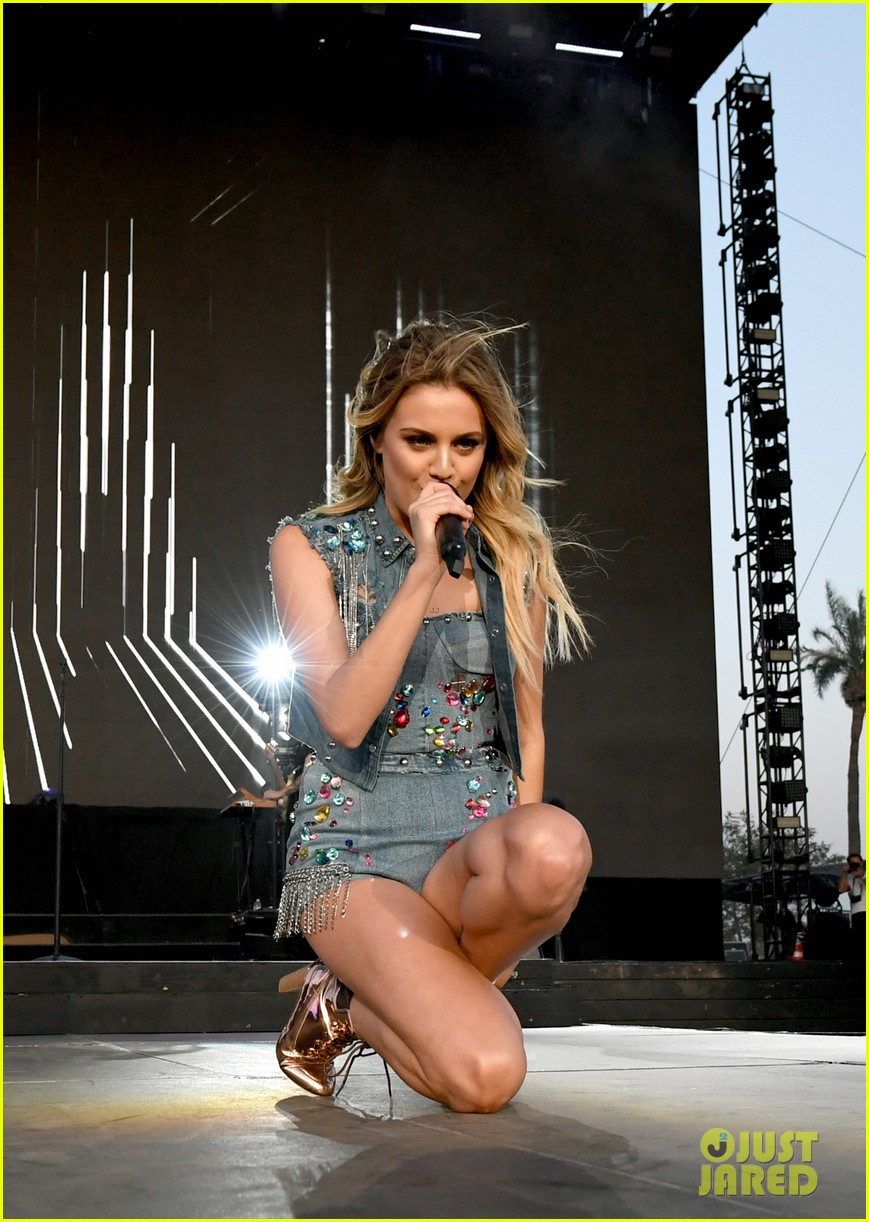 kelsea ballerini takes the stage at stagecoach 20