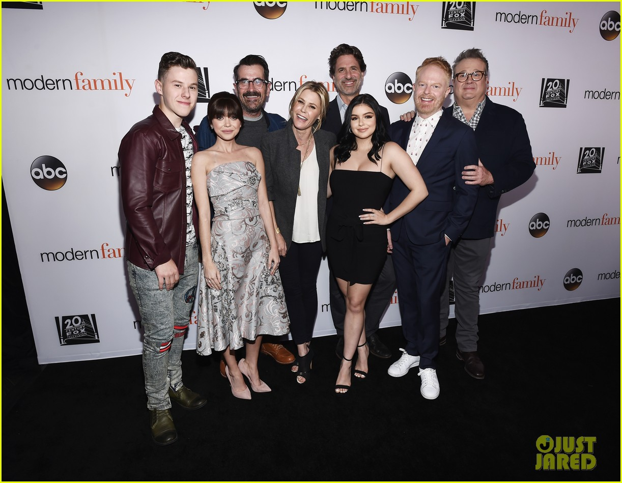 modern family cast teams up for fyc event in hollywood 01