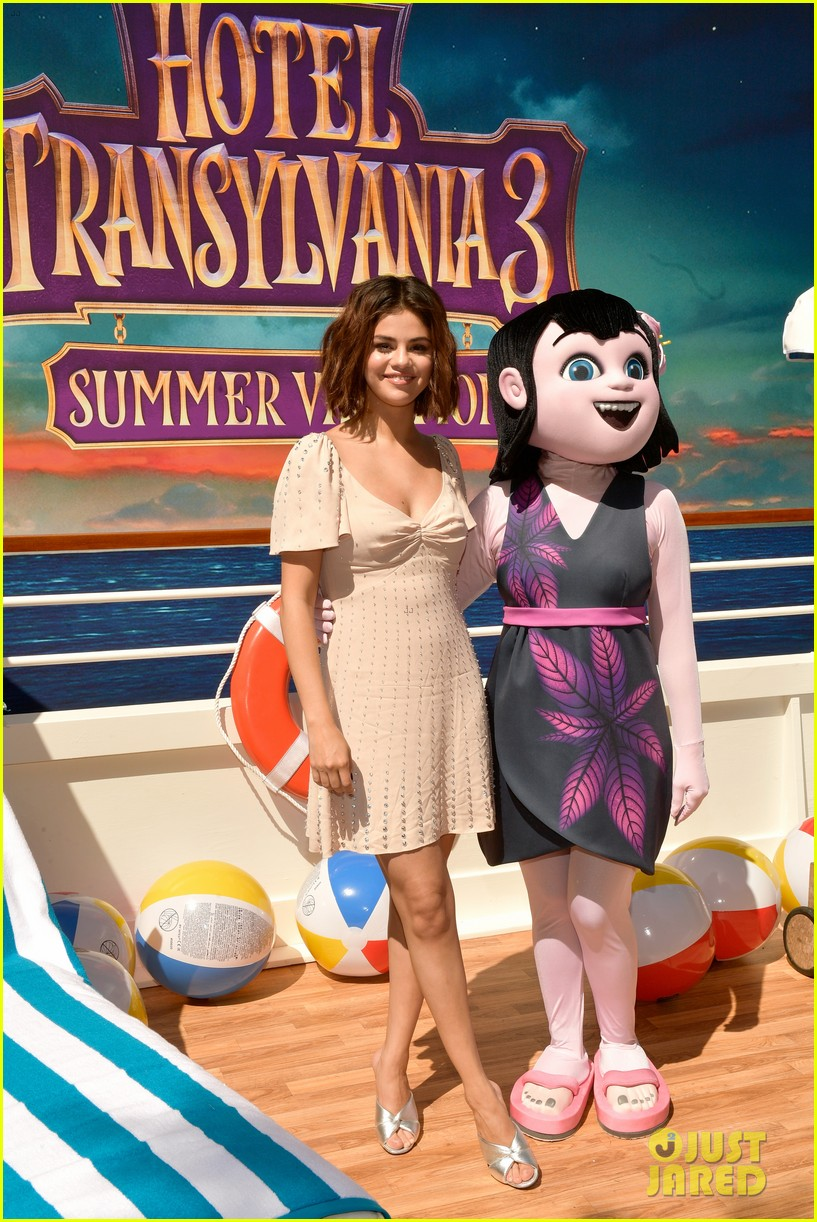 Selena Gomez Poses With Hotel Transylvania Character At Photo Call Photo 1153156 Brian Teefey Hotel Transylvania Kathryn Hahn Selena Gomez Pictures Just Jared Jr