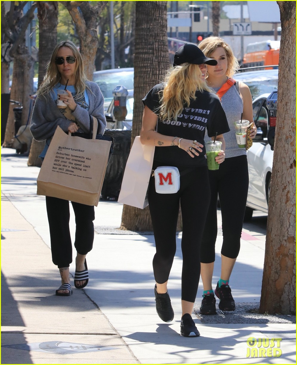 miley cyrus is all about the good vibes while shopping in studio city 16
