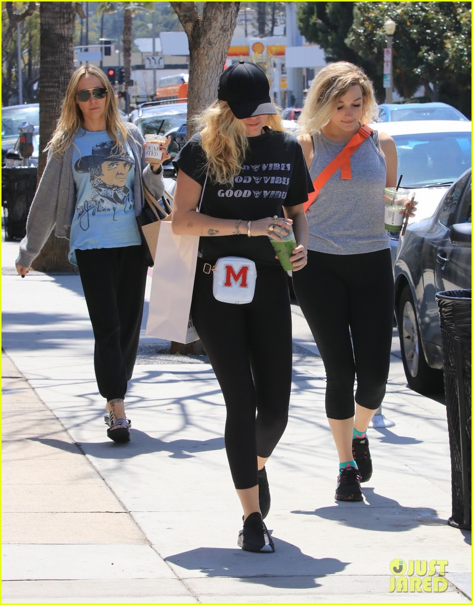 miley cyrus is all about the good vibes while shopping in studio city 17
