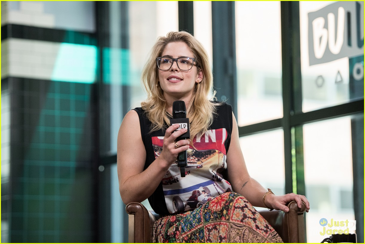 emily bett rickards felicity smoak quiz build 04