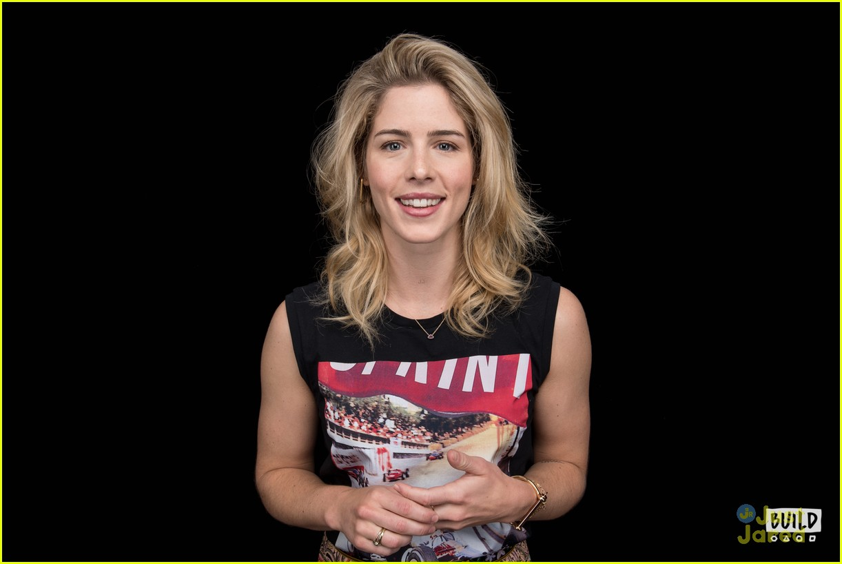 emily bett rickards felicity smoak quiz build 08