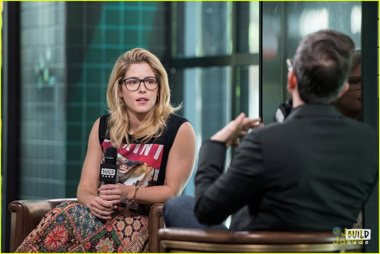emily bett rickards felicity smoak quiz build 16